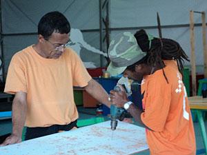 Noca e Neguinho trabalhando na montagem da tenda da Flipinha.