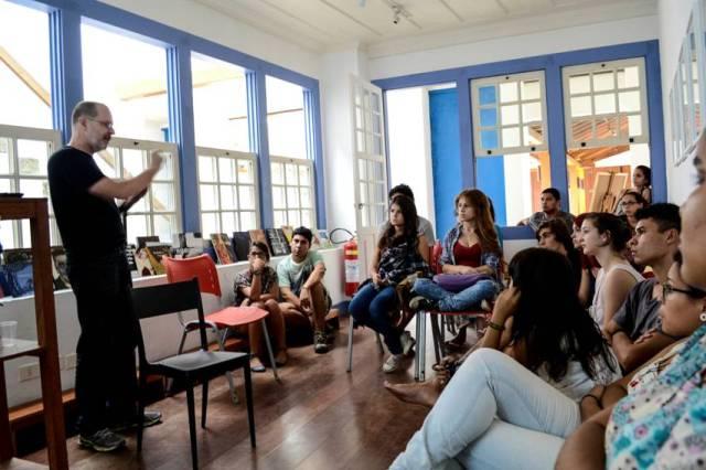Aula teórica de fotografia, na Casa da Cultura. Oficina de Walter Craveiro.