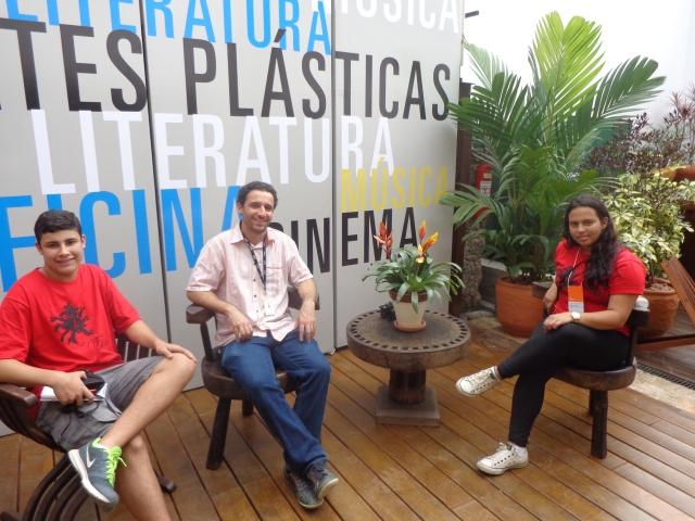 Repórteres entrevistam Daniel Ferenczi, no centro