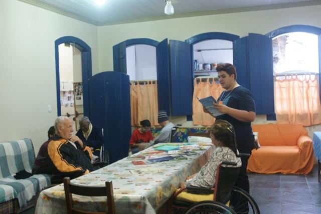 André faz leitura no asilo